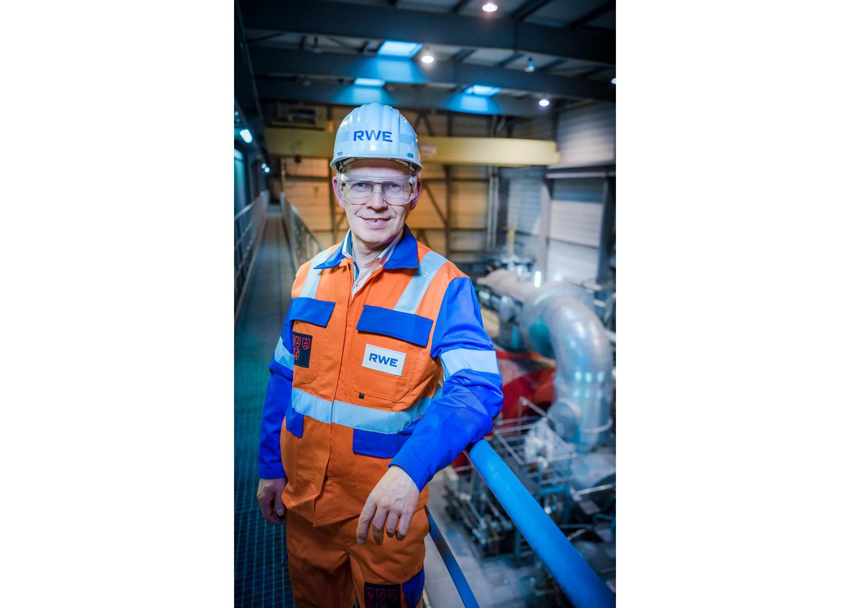 Ein Mitarbeiter wurde für den RWE Messestand in einem Kraftwerk fotografiert
