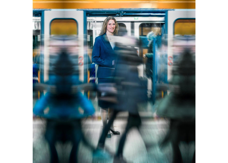 Eine Mitarbeiterin wurde für den RWE Messestand in einer U-Bahn Station fotografiert